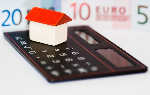 Haus, Geld und Taschenrechner als Zeichen der Finanzierung einer Immobilie