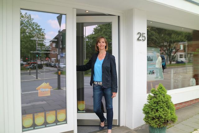 Sandra Tesch vor dem Standort Hamburg